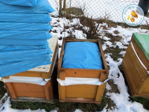 méhikék télen hőtükrös fóliát és szigetelő paplant kapnak a fejük fölé